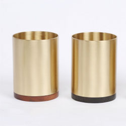 http://mllipin.com/黄铜与实木中国风笔筒会议纪念礼品定做企业LOGO