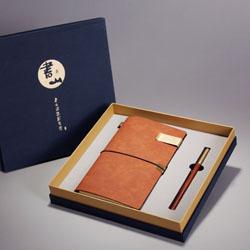 http://mllipin.com/书山三件套(手账本配钱夹+立定笔)中国外文化礼品事业单位礼品定做LOGO